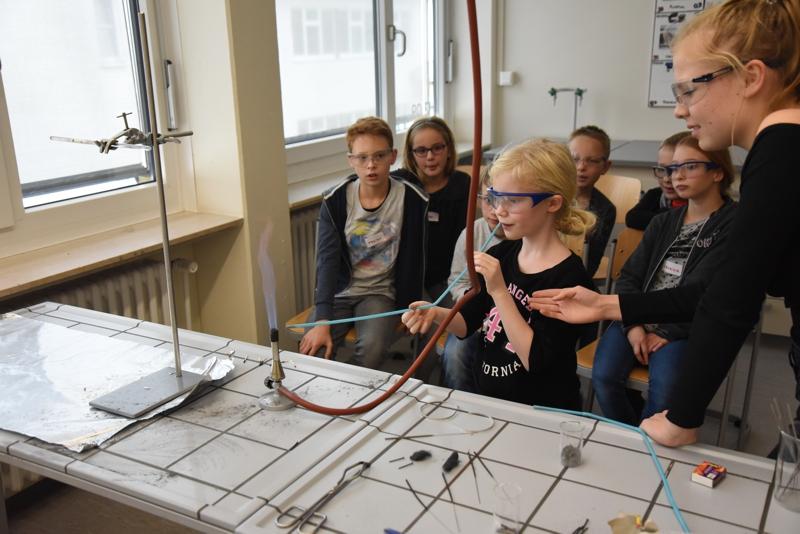 Viertklässler am GaM: Experimente zur Physik und Chemie